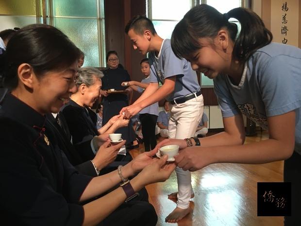 紐約長島慈濟人文學校夏令營學童向師長、家長奉茶,從日常生活中實踐尊師及孝道。