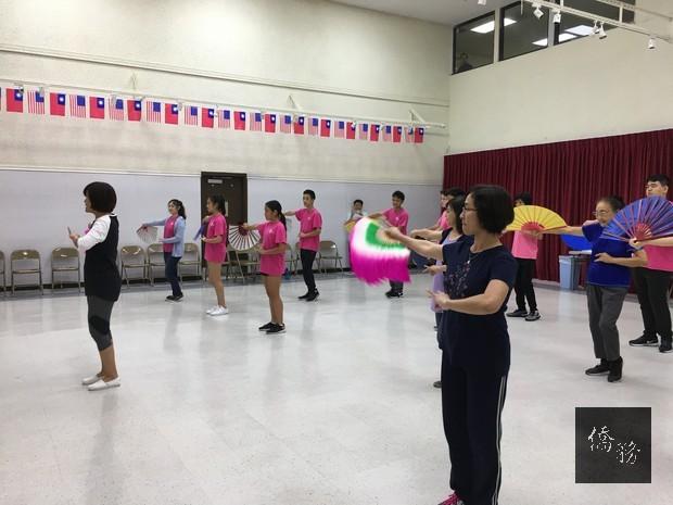 「飄扇」民俗舞蹈課程學員上課情形。