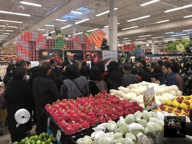 屏東優質農產品行銷推廣活動共百餘人到場參加,陳剛毅(致詞者)期待臺灣農產品加進軍加拿大超市。