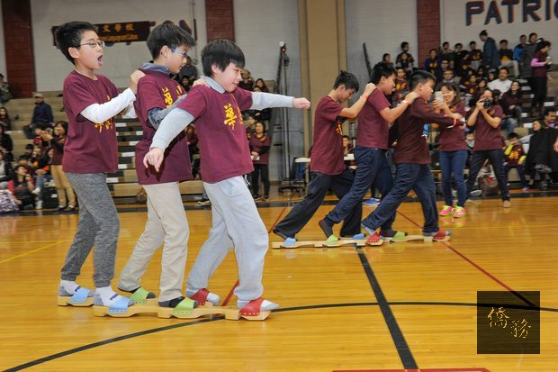 學生進行趣味的三人兩腳競賽。