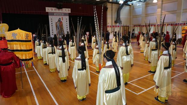 多所中文學校學生擔任佾生、禮生。