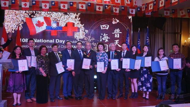 文教中心主任孫國祥(左六)頒發感謝狀予今年協助搭橋計畫的接待家庭及多個社團。