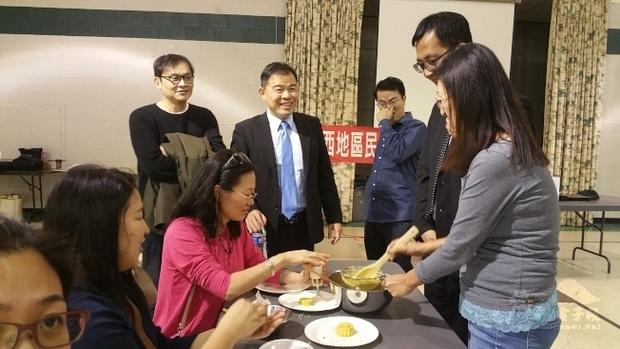 「海外民俗文化種子教師在地研習」林威廷跟著老師們練習做綠豆糕,黃正杰高興的從旁鼓勵。(世界日報提供)
