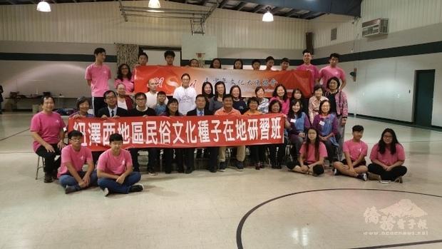 「海外民俗文化種子教師在地研習」課程包括傳統結藝教學、臺灣傳統美食-綠豆糕製作。(世界日報提供)