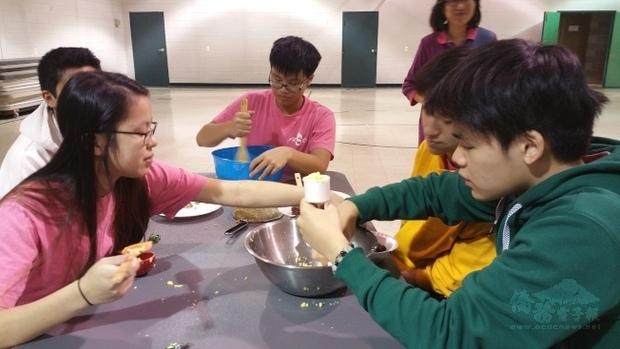 「海外民俗文化種子教師在地研習」FASCA青少年志工大使協會青年認真學習。(世界日報提供)