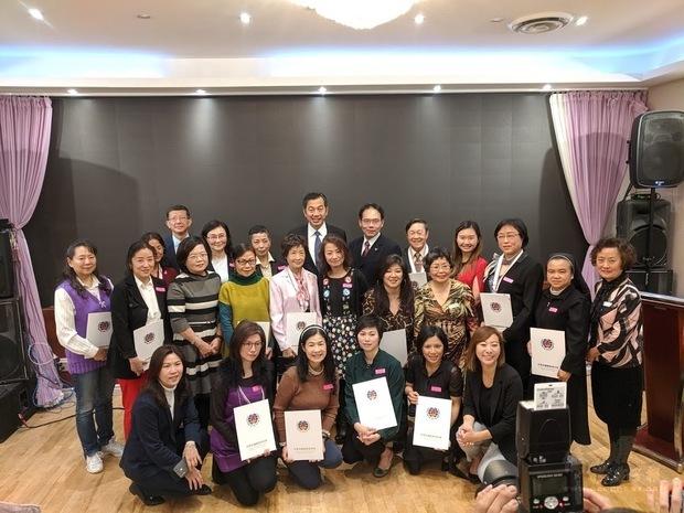 加西中文僑校聯合會2019敬師茶會,受表揚教師與來賓合影。