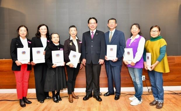 加西中文僑校聯合會2019敬師茶會,夏基陸與任教逾10年教師合影。