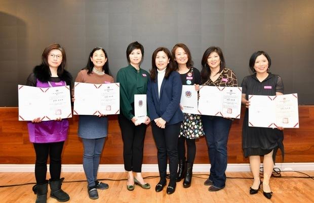 加西中文僑校聯合會2019敬師茶會,江佳慧與任教逾5年教師合影。