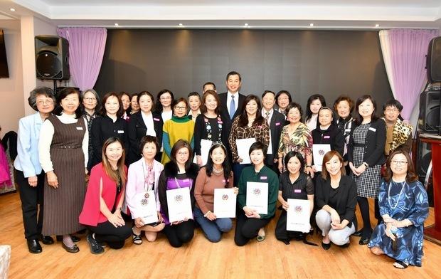 加西中文僑校聯合會2019敬師茶會,受表揚教師與聯合會理事群合影。