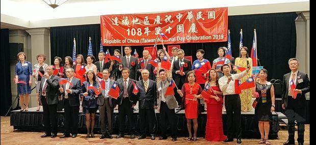 榮光會護持中華民國及美國國旗入場,全僑在悠揚伴奏中同唱中美國歌。