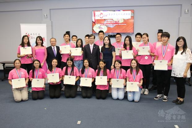 翁桂堂、諮詢導師以及全體受獎同學合影。