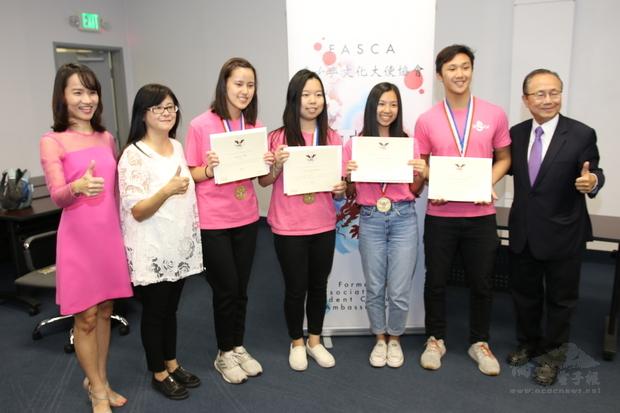 諮詢導師與金質獎章受獎同學合影。