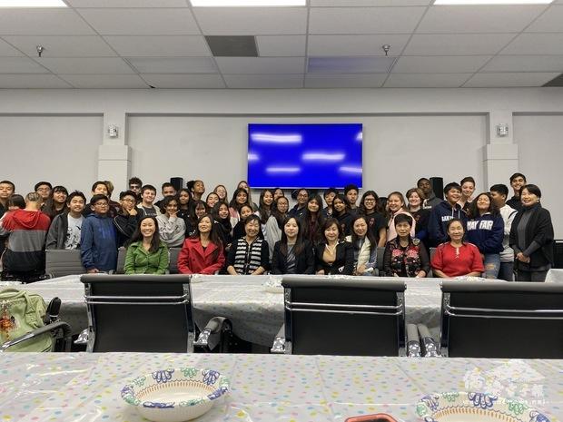 廖儷雲與志工老師以及參訪師生合影留念。
