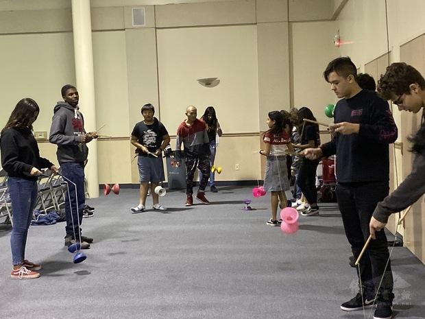 學生學習扯鈴技巧。