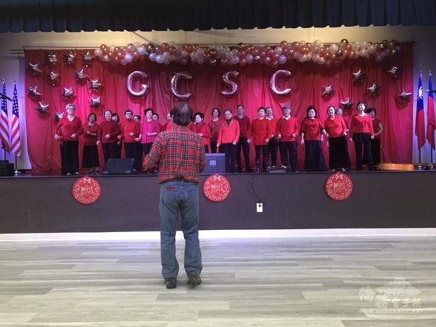 康鶴耆英中心合唱團演出。