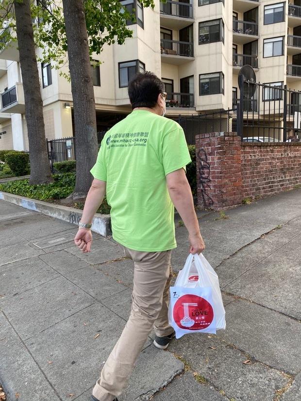 志工送餐到府。