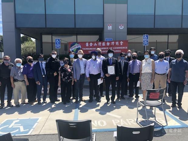 聯合市市政府、警局和亞裔聯盟社團及老人看護中心代表與商會成員及社團代表合影。