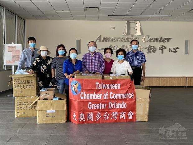 大奧蘭多臺灣商會志工於發放口罩前合影。