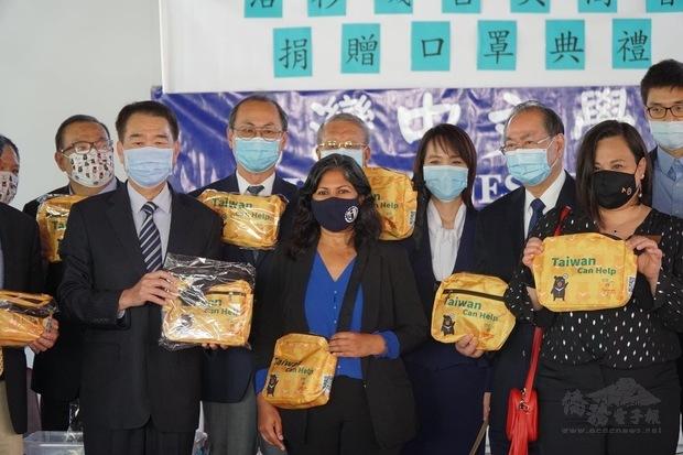 橙僑中心主任蔣翼鵬致贈Taiwan Can Help防疫關懷包,傳遞臺灣防疫成功的經驗。