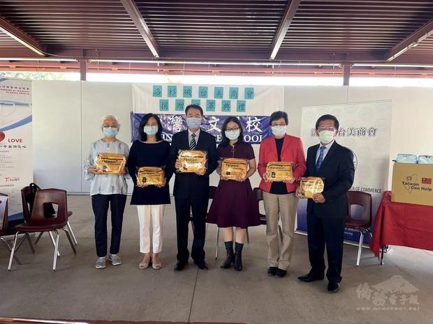 出席的中文學校校長們都收到設計精美的防疫關懷包。