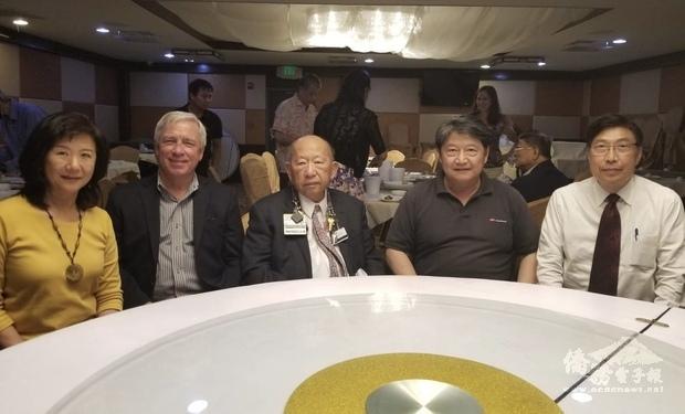 右起來賓有千一如,州長參選人Dong Ose,會長陳俊明, 中華會館陳榮良主席、僑務委員許肇家。