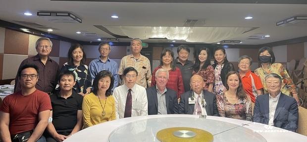 左下會長陳俊明、左上三位副會長有陳枱校長、賴宏乙及鄧晏犀,以及理事和社團代表。