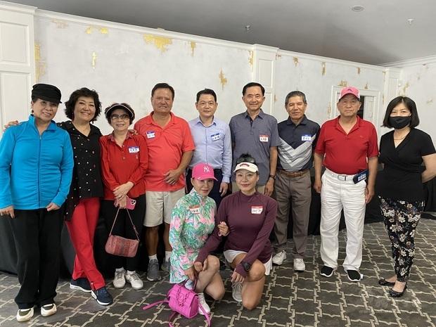 紀處長與九九高爾夫球俱樂部會長及幹部合影。