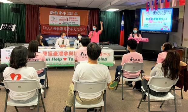 助理導師石若辰(三排右二)代表全體宣讀聲援臺灣參與WHA英文聲明。