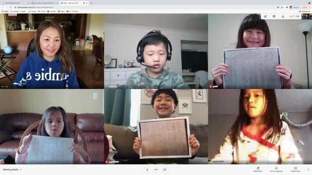 陳婉瑜老師與一年級學生於完成認字馬拉松後合照