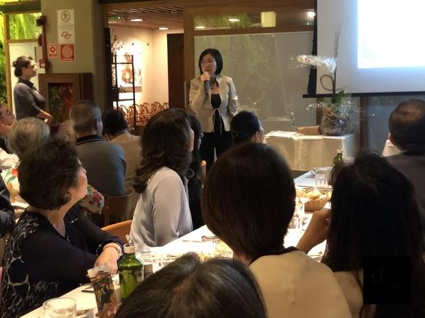 張雅菁(手持麥克風者)簡報仁德國際學校近期校務推動成果與未來展望。
