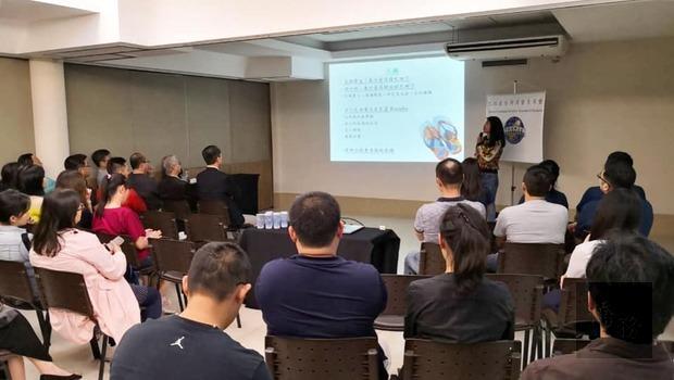 旅巴拉圭臺灣商會青商會邀請「換日線」專欄作家「York約克」分享她在里約「大社區」服務經驗。