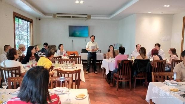 何建功(中立者)歡迎巴西利亞僑胞出席僑務工作座談會,並鼓勵踴躍提供寶貴意見。