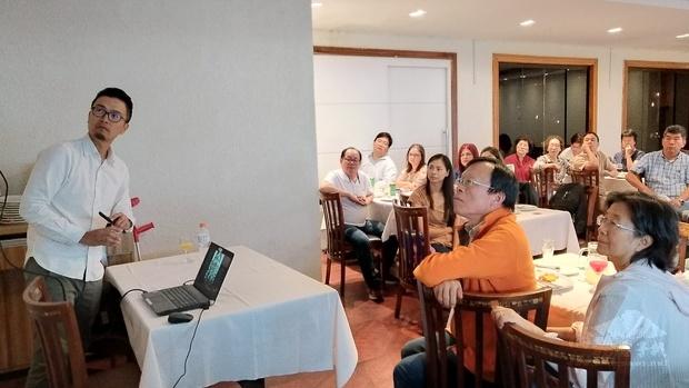 出席人員全神貫注傾聽陳文政(左1)的心路歷程,對於聖保羅文教中心首次在外州舉辦「集思講座」以豐富僑社活動多樣性均表肯定。