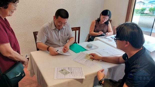 詹前校(左2)協助巴西利亞僑胞申辦僑胞卡。