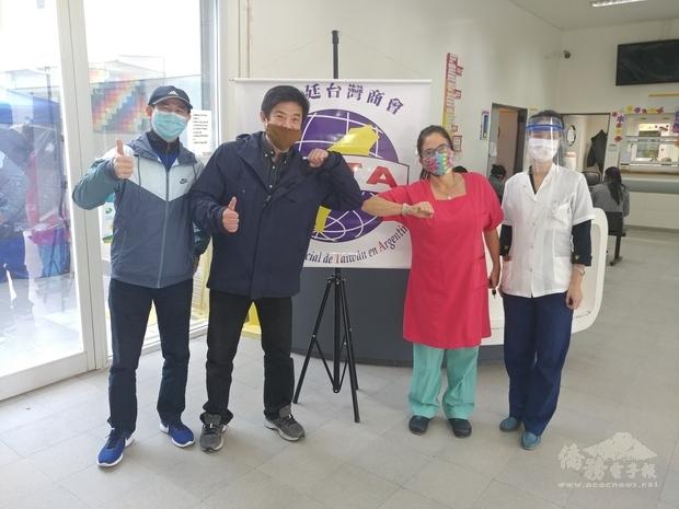 李培維(左二)、駐阿僑務秘書葉豐稷(左一)、社區健康中心主任(右二)、臺籍醫師(右一)。