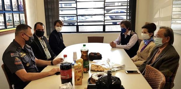 左起Victor、Dr.Markus、徐澤玗,右起劉學琳、支黃秀莉、支緯中舉行交流會。
