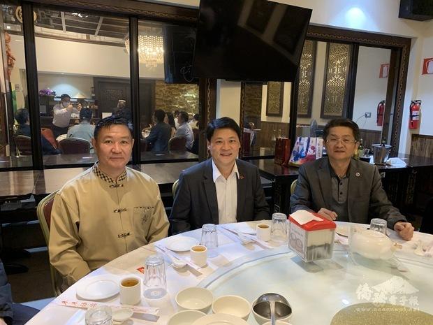 鄭大使(中)與劉僑務諮詢委員(右)及邱會長(左)同桌餐敘