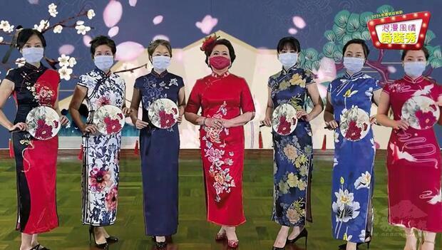 涂宋如平(中)帶領媽媽們表演氣韻優雅的旗袍展示