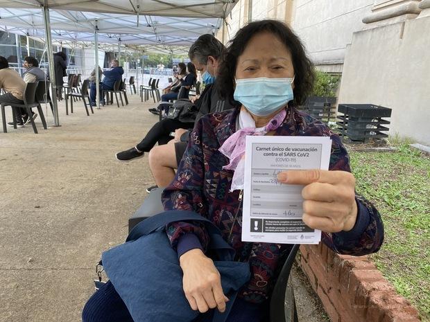 僑胞林素珍展示施打後的疫苗證明書