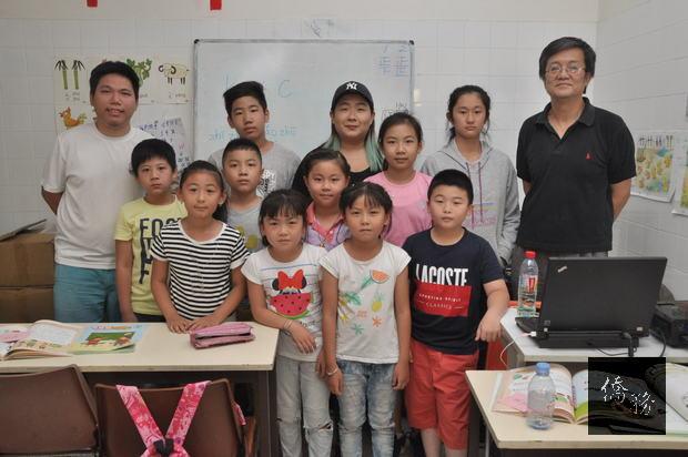 李旭彤(後排右1)、黃俞攸(後排中間)及朱晟瑋(後排左1)和學生合影。