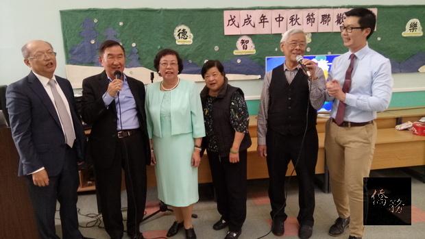 程祥雲(左一)、張志強(左二)與僑胞高唱中華民國頌發抒愛國情緒。