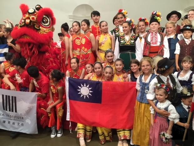 「臺中明道琢璞時尚文化舞團」由執行長朱世琦團長和領隊林依靜、林明儀、程祖怡老師率領,全團18人。