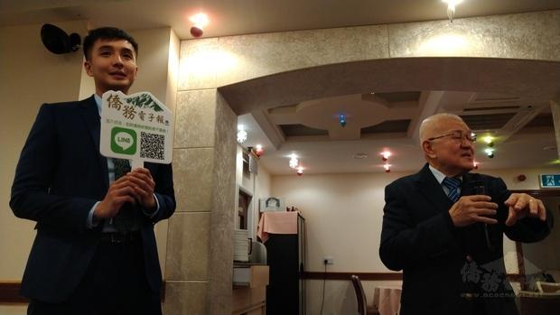 李宏耀說明僑委會教材同時,英國僑社青年代表在旁協助推廣僑務電子報。