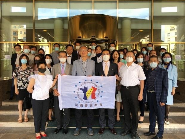 法國臺灣商會第27屆年會暨經貿小論壇出席人員遵守法國政府防疫規定配戴口罩。