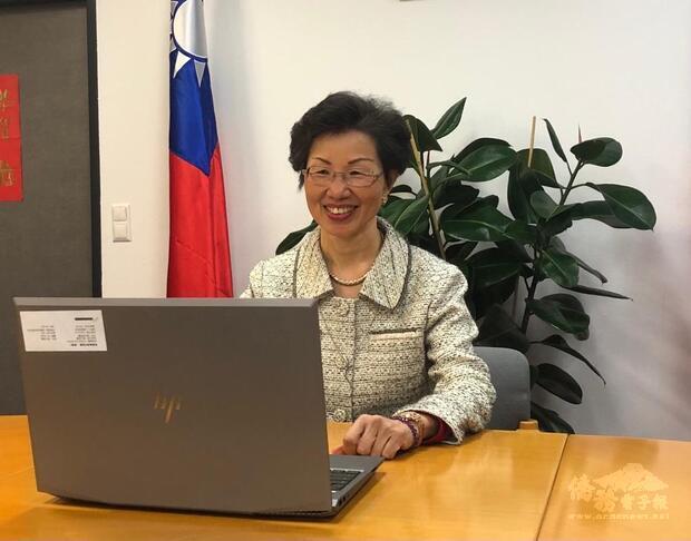 張小月大使在線上和大家分享自身的外派經驗,攝於代表處會議室