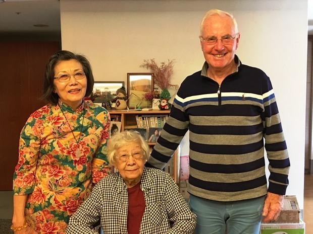 車慧文博士伉儷(左、右)與《巨流河》原著齊邦媛教授(中)於臺北合影