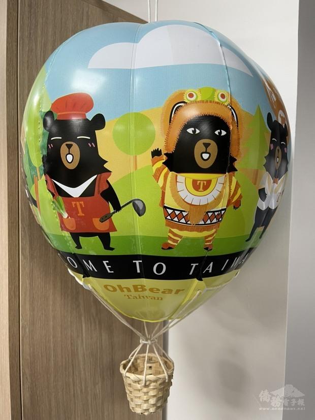 駐英代表處觀光組李思賢主任贈送協會多組喔熊熱氣球 Taiwan Heart of Asia