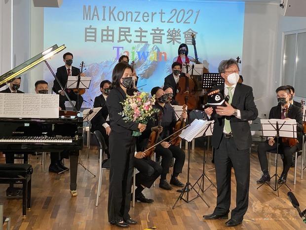 駐德國代表處大使謝志偉(右1)介紹「福沙阿熊」,左為指揮家黃稚尹