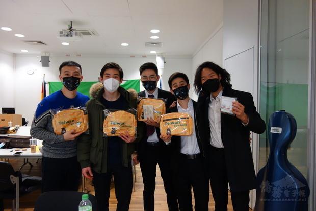 旅德臺灣音樂家們手持關懷防疫包合影