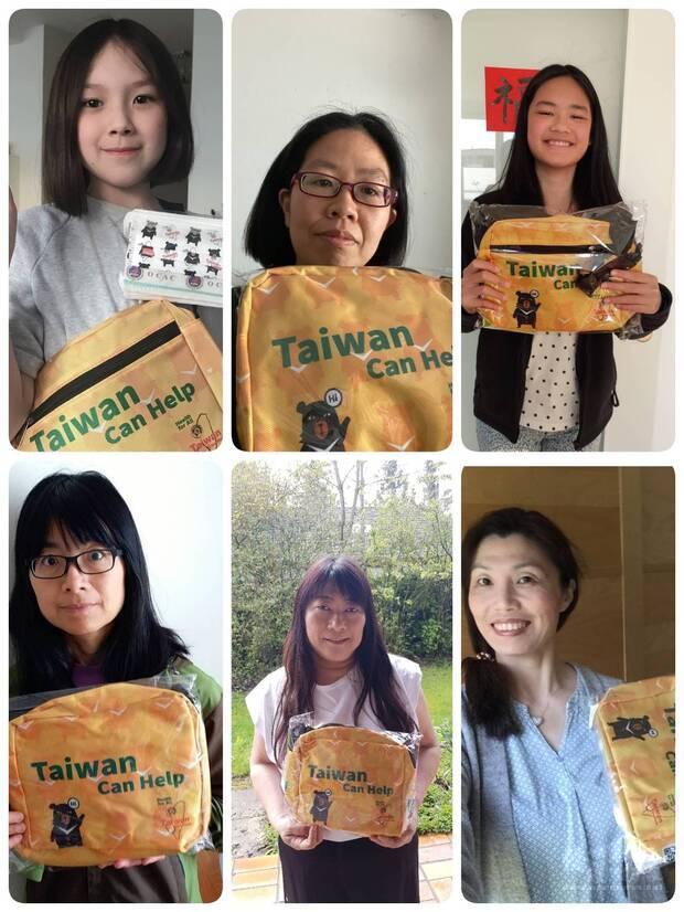 慕尼黑中文學校師生手持僑委會「Taiwan Can Help」防疫關懷包,聲援臺灣參與WHA及加入WHO